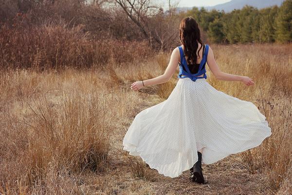 白のロングスカートをうまく着こなす5つのワザ