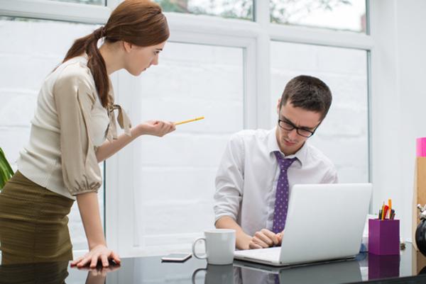 気になる女性が職場にいる時に男性がする5つのしぐさ