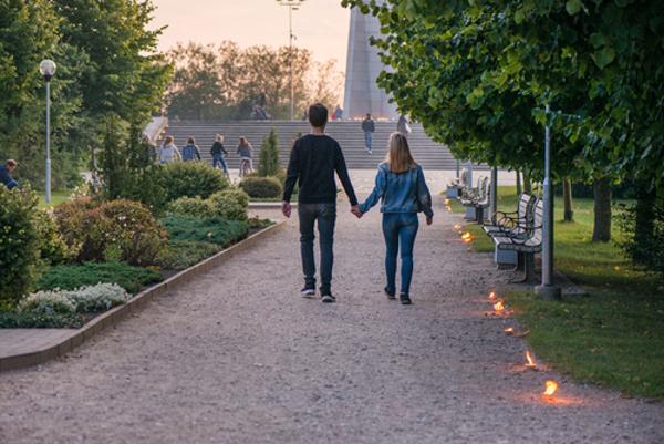 夜の散歩のデートで二人の距離が近くなる5つのわけ