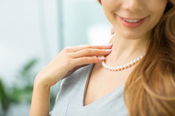 ネックレスを触る心理に隠れた女性の本音について